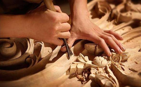 六旬锡匠老人左右手都能雕刻 老手艺传承七代