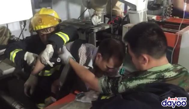 手臂被机床钢筋穿透 消防员快速救援