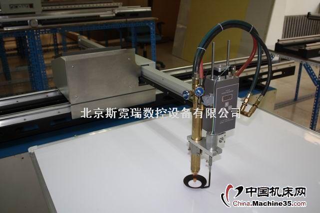 结构特点1.全新组合式机箱结构设计,横臂与主控台以及机械与数控部分可分解和组合2.更人性化的主控台,直接面对切割现场,最大限度的拓宽了工作视角3.可拆装横臂,方便了现场转移和包装运输,并可保证横臂垂直度无变化4.采用横臂过线槽方式,隐蔽安装等离子管线或火焰气管,优化了切割现场环境5.