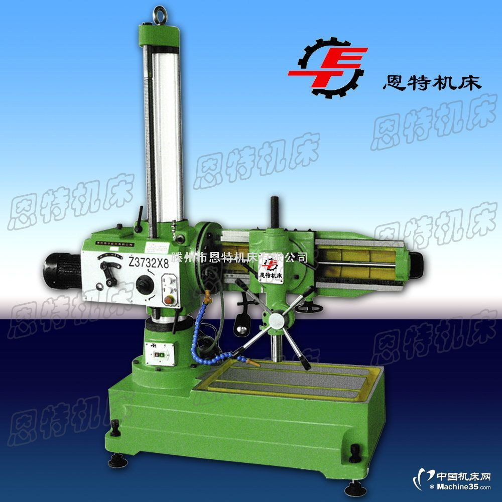 摇臂钻床主要特点用途:Z3132B型移动万向摇臂钻床,可以做钻孔、扩孔、镗孔、铰孔、刮平面、攻螺纹和其他类似的工作,适用于各类机器制造业中加工中小型零件,也适用于修理车间。摇臂钻Z3132摇臂钻参数:主要技术参数Z3132最大钻孔直径(铸铁/钢材)31.5/25mm主轴轴心线至立柱母线距离最大815mm最小315mm主轴箱水平移动距离500mm主轴下端面至底座工作面距离最大870mm最小25mm主轴回转角度360°主轴绕垂直于立柱水平线回转角度360。